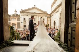 wedding photos wedding dress designed from toilet paper looks better than fabrics