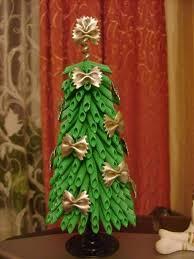 diy tabletop weihnachtsbaum grüne nudeln gold farfalle bändern