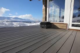 photo terrasse composite pensez à déblayer votre terrasse composite des amas de neige
