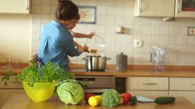 maman baise en cuisine maman et fille dans la cuisine préparant la salade banque de