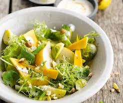 comment cuisiner des choux de bruxelles entrée facile salade de choux de bruxelles aux poires et mimolette