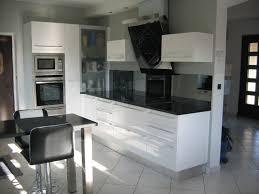 cuisine blanche avec plan de travail noir room