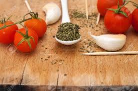 origan frais en cuisine des ingrédients alimentaires d ail tomate cerise et d épices