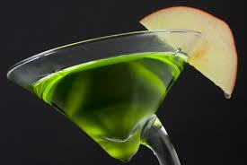 green cocktail black background 10 autumn cocktails you need to taste