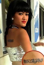 tato keren wanita indonesia siapa saja artis cewek indonesia yang bertato keunikan di