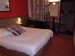 hotel chambre avec chambre avec petit bureau et armoire photo de ace hotel seynod
