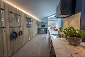 Cuisine Lambris - intérieur scandinave bleu cuisine et lambris bois moderne