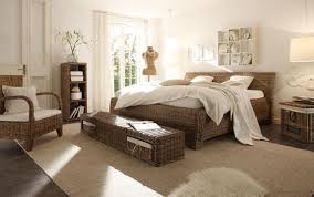 hängeleuchte schlafzimmer schlafzimmer mit rattan möbeln bett sessel sitzba couchstyle
