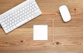 dessus de bureau vue de dessus bureau au travail bloc notes blanc vierge de crayon