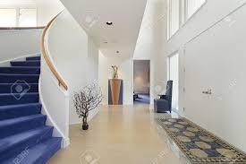 Haus E Foyer In Luxus Zu Hause Mit Wendeltreppe Lizenzfreie Fotos Bilder