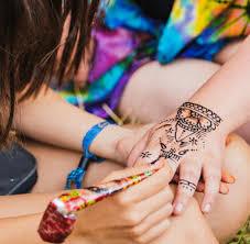 reizender körperschmuck so schmerzhaft kann ein henna tattoo