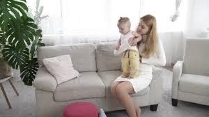 habiller un canapé mère s habiller petit garçon à la maison sur le canapé vidéo