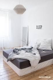 weiße schlafzimmer weiße wände fürs schlafzimmer wolken ein neuer nachttisch