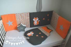 chambre bebe orange tour lit et gigoteuse renard étoiles orange gris décoration