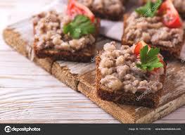 cuisine casher toast avec casher forshmak coller persil et tomates cerises