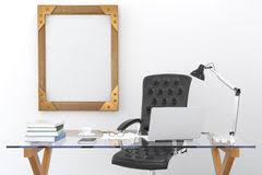 m sur le bureau raillez vers le haut du cadre de tableau noir vide sur le bureau et