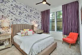 papier peint design chambre decoration rideaux chambre adulte soie violet assorti papier