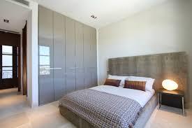 placard chambre à coucher decoration meuble encastrable armoire gris laque chambre coucher