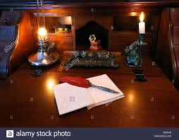 Antiker Schreibtisch Antiker Schreibtisch Mit Roter Feder Feder Feder Und öllampe