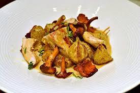 comment cuisiner des girolles fraiches la recette du fameux poulet grillé aux girolles et crème au vin jaune