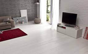 cuisine table poutre de plafond en bois foncé armoire blanc et acier noir