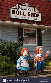 illinois arcola raggedy ann and raggedy andy statues outside doll