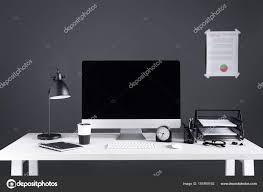 fourniture bureau entreprise ordinateur bureau avec écran vide graphique entreprise horloge