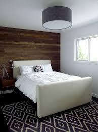 plafonnier pour chambre à coucher mur en bois recyclé pour aménager une chambre à l esprit récup