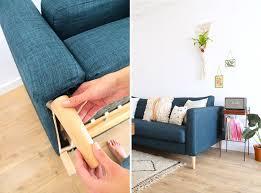 customiser un canapé customiser canapé avec des pieds en bois conique décoration