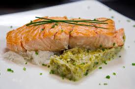 cuisiner le saumon saumon à l unilatérale et sa fondue de poireaux recette saumon à