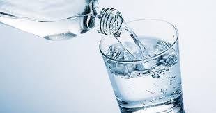 due litri di acqua quanti bicchieri sono donna beve 8 litri d acqua al giorno e finisce in codice rosso all