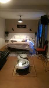 hotel restaurant avec dans la chambre chambre spacieuse avec tv canapé bureau table basse photo de rive