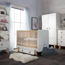 chambre bebe en bois lit bébé à barreaux en bois blanc et naturel iga pinio decoclico