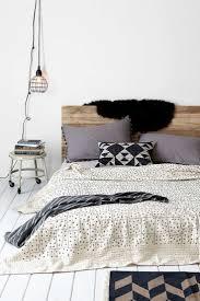 Schlafzimmer Lampe Nachttisch Weniger Ist Mehr In Diesem Schlafzimmer Sind Die Bettwäsche Und