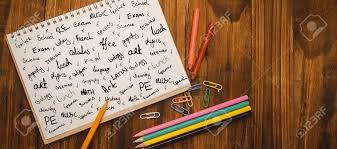 bloc note sur bureau mots à la mode de l école contre le bloc notes sur le bureau des