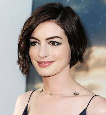hair styles while growing into a bob get anne hathaway s fresh take on 90s bed head interstellar