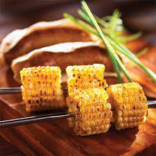 cuisiner des epis de mais saucisses et épis de maïs au barbecue et mayonnaise aux poivrons