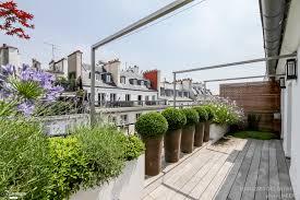 modele de terrasse couverte balcon aménagement décoration balcon fleuri en ville