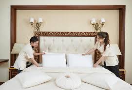 chambre de service équipe de femme de femme de chambre au service hôtelier photo stock