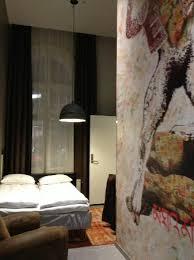 hauteur plafond chambre la chambre avec grande hauteur sous plafond et fresque murale