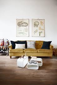 deco canapé comment assortir décor à un canapé moutarde