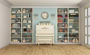 lo scaffale salone classico con il pianoforte verticale e lo scaffale