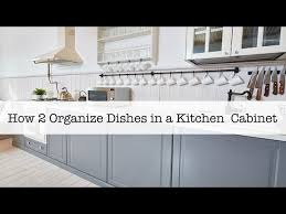 how do you arrange dishes in kitchen cabinets how 2 organize dishes in a kitchen cabinet