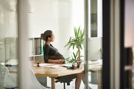 position assise bureau grossesse au bureau huit astuces pour soulager les douleurs