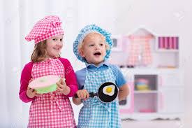 cuisine d enfants fille et garçon dans le chef chapeau et tablier cuisson des