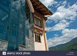 siege de style une façade en verre moderne et des fenêtres de style traditionnel au