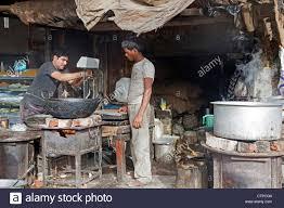 cuisine insalubre les hommes dans la cuisson des aliments insalubres sale cuisine