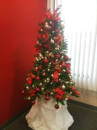 Decorate Christmas Tree Red And Gold by Christmas Tree Decorated In Red And A Little Gold Fabulously