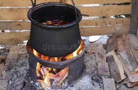 chaudron pour cuisiner chaudron pour faire cuire le vin chaud savoureux dans le festival