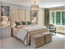 chambre et literie idée chambre literie beige clair lustre métal tabourets